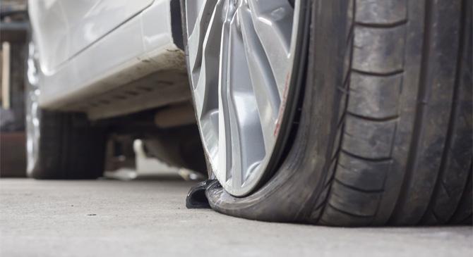 Autók kerekeit szúrták ki