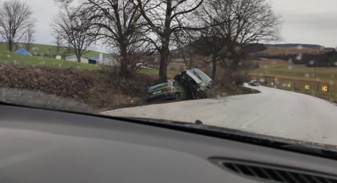 Két autó csúszott az árokba a Juhhodálynál