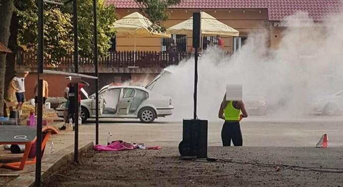 Egy autó motortere füstölt Tokodon
