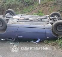 Felborult egy autó Bajótnál