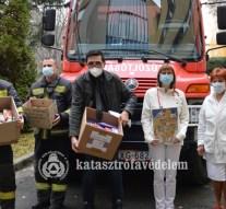 Csokoládét gyűjtöttek a kórházban ápolt gyerekeknek a tűzoltók