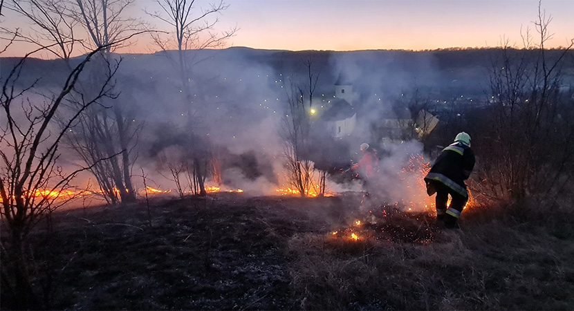 Aljnövényzet égett Nyergesújfaluban és Bajóton