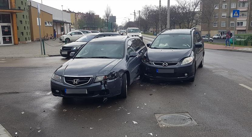 Két autó ütközött össze Dorogon
