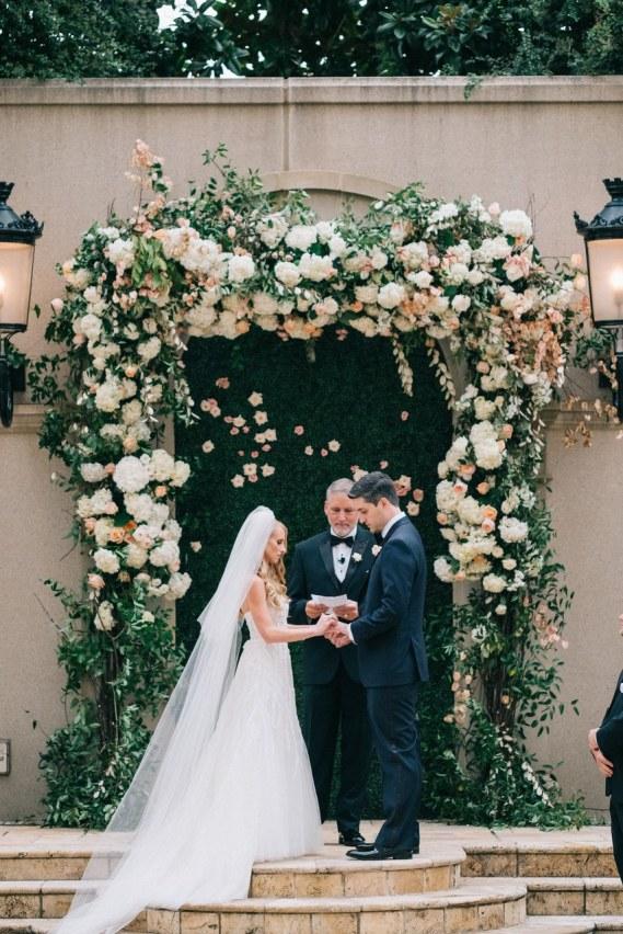 Ścianki kwiatowe, ścianka kwiatowa, ślub w plenerze dekoracje kwiatowe, kwiaty na ślub cywilny, dekoracje ślubu w plenerze,  wiosenne dekoracje ślubne, kwiatowe pomysły na ślub wiosną, wiosenne kompozycje na ślub, ślub na wiosnę, wesele wiosną, spring wedding