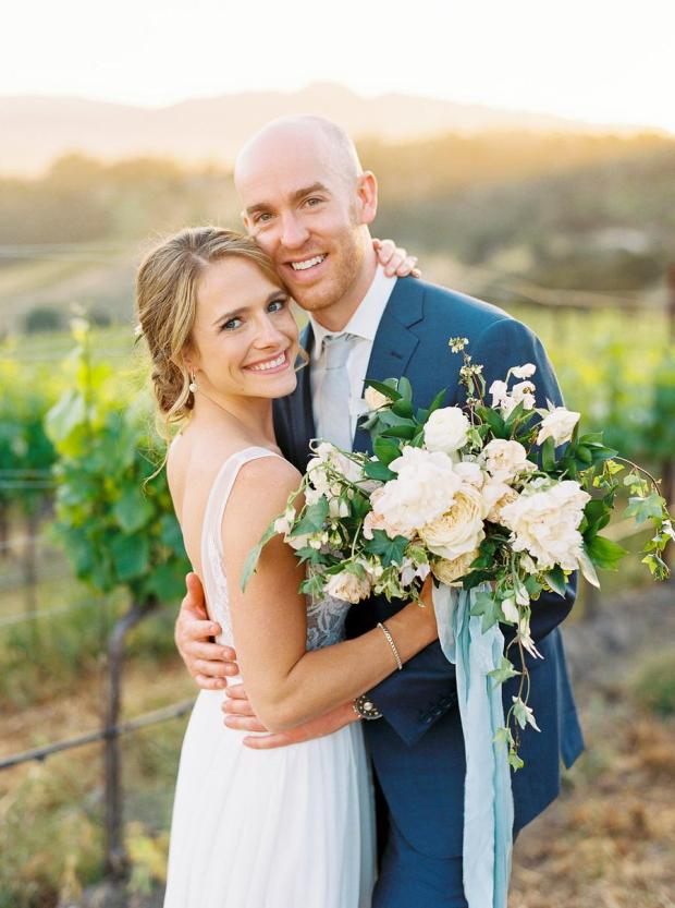Para Młoda 2020, garnitur ślubny w kolorze niebieskim, classic blue wedding 2020, inspiracje ślubne, kolor roku 2020, modne śluby, trendy ślubne 2020, ślubny blog, dekoracje ślubne w kolorze niebieskim, ślub w niebieskim