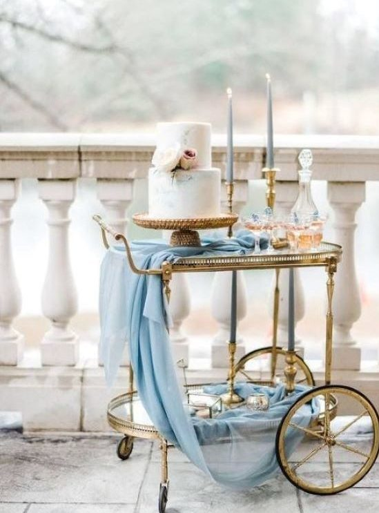 Tort ślubny, tort weselny, wesele w kolorze niebieskim, imspiracje ślubne, blog ślubny, stolik pod tort, jak podać tort na wesele