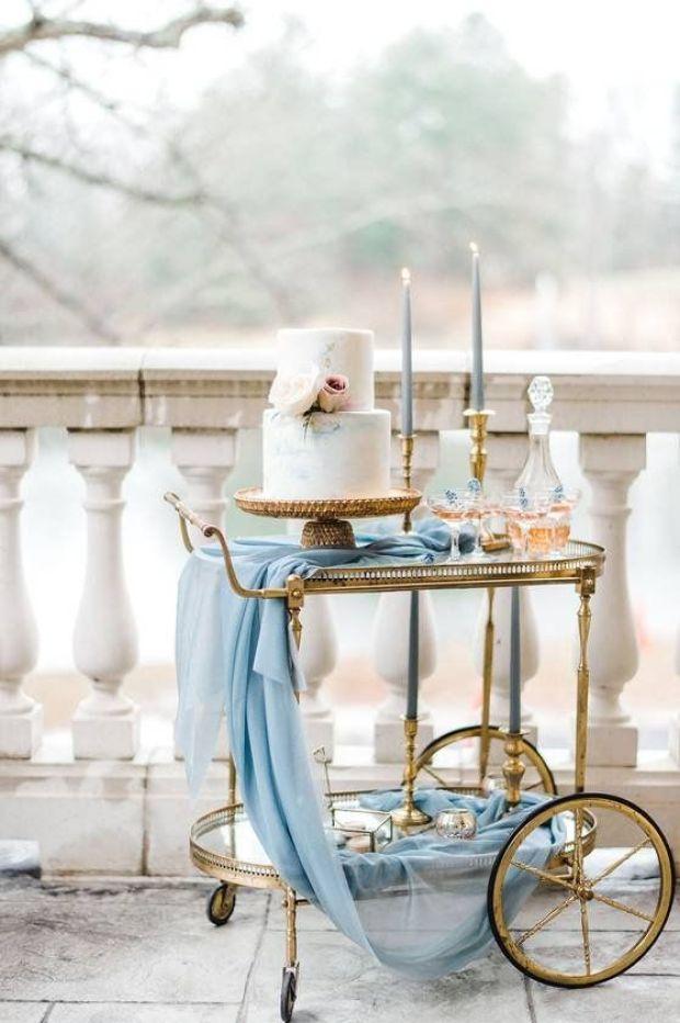 Tort ślubny, tort weselny, Ślub w kolorze klasyczny niebieski 2020, classic blue wedding 2020, inspiracje ślubne, kolor roku 2020, modne śluby, trendy ślubne 2020, ślubny blog, dekoracje ślubne w kolorze niebieskim, ślub w niebieskim