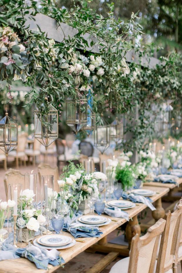Dekoracje sali, dekoracje namiotu, Ślub w kolorze klasyczny niebieski 2020, classic blue wedding 2020, inspiracje ślubne, kolor roku 2020, modne śluby, trendy ślubne 2020, ślubny blog, dekoracje ślubne w kolorze niebieskim, ślub w niebieskim