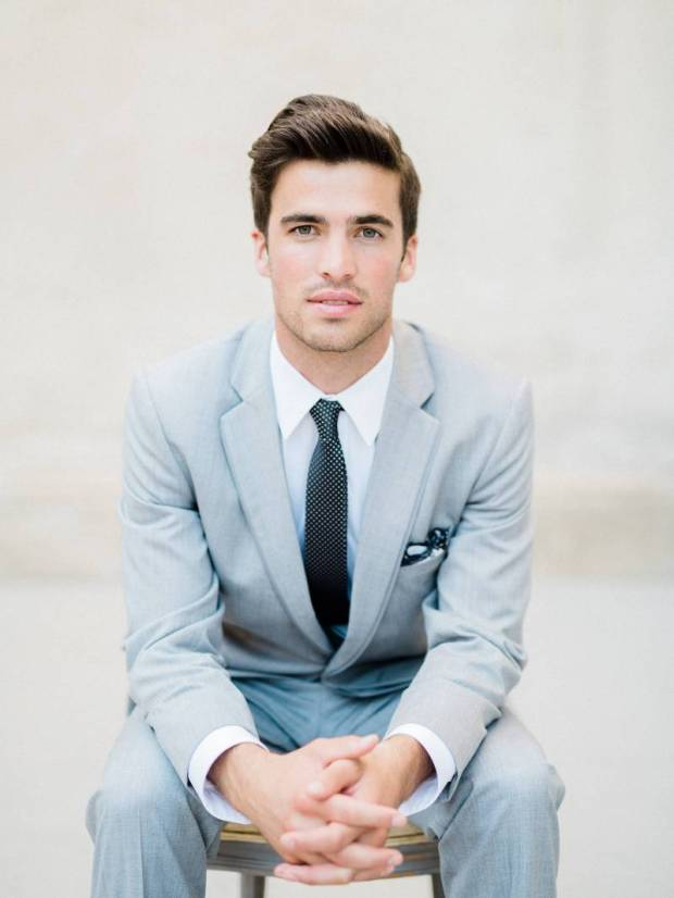 Niebieski garnitur do ślubu, modne garntury ślubne, kolorowe garnitury, Colorful Groom Attire, dusty blue suit groom, ubiór Pana Młodego, moda męska 2020, Garnitury męskie, Garnitury do ślubu