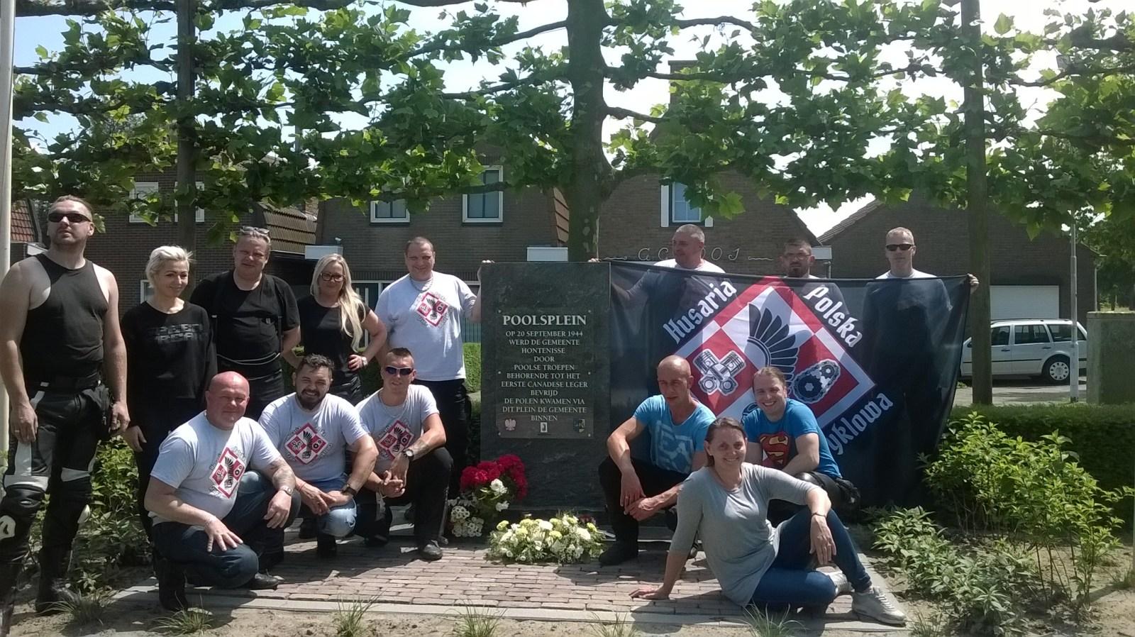 Foto van nazaten van de poolse bevrijders. Met dank aan de Gemeente Hulst.