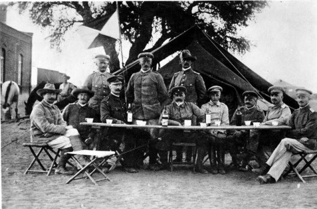 Lothar von Trotha ze stwoim sztabem w 1904 r.
