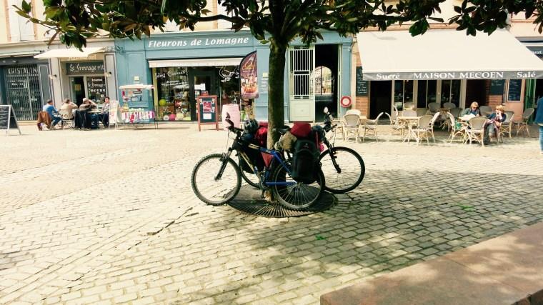 Nuestras bicis aparcadas en Moissac