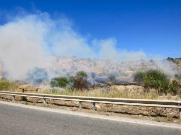 Pequeño incendio junto a la carretera