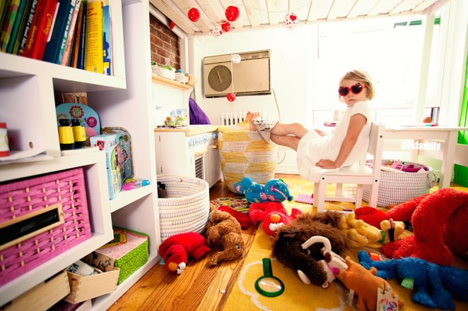 Stuff under Cappi´s bed: A desk. A kitchen. A magnifying glass. Air conditioning unit. Stuffed toys and other toys.