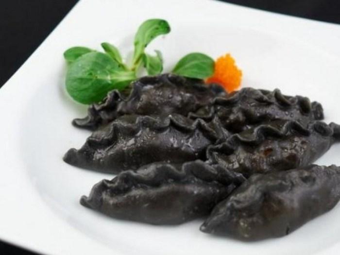 Черно-белые равиоли с рыбной начинкой