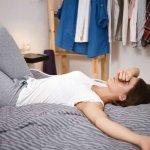 Почему не стоит разрешать садиться на свою кровать в повседневной одежде