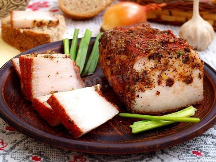 Вкусное сало в луковой шелухе