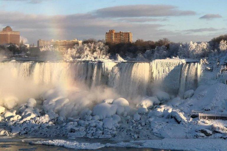 Ниагарский водопад частично замерз и выглядит как сверкающий рай