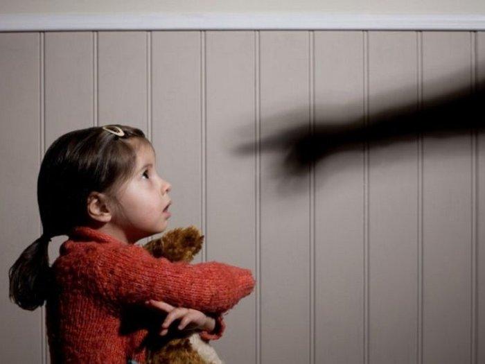 Двое воспитателей ежедневно издевались над детьми