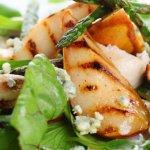 Салат из куриной печени, груши и копченого сыра