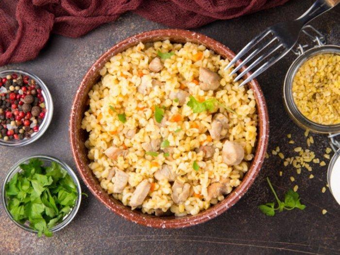 Булгур с курицей и овощами на сковороде: рецепт дня