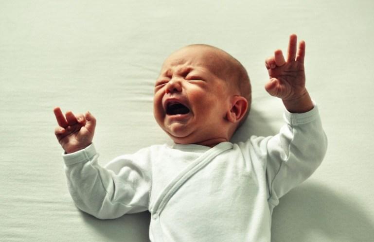 Как реагировать на плач ребенка на примере мужа и жены