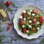 Рецепт простого салата из рукколы, помидоров черри и моцареллы