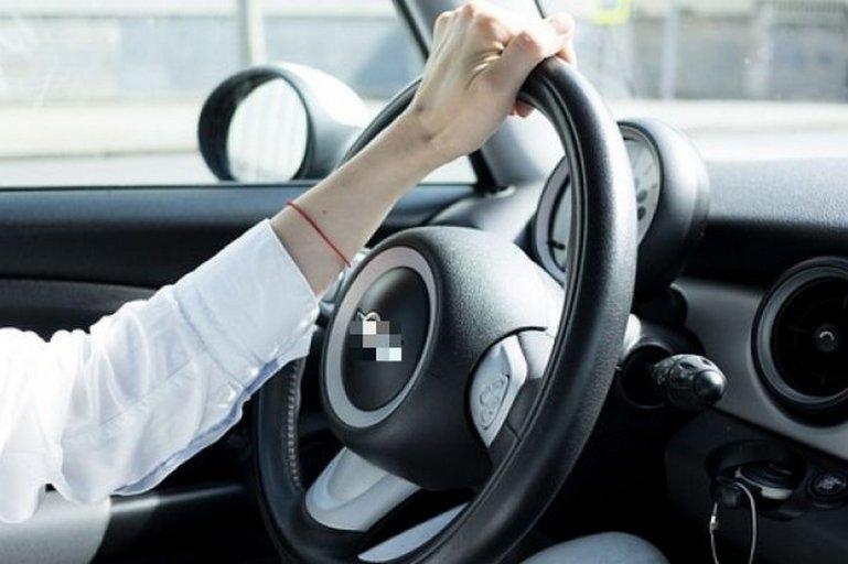 Можно ли держать руль одной рукой?
