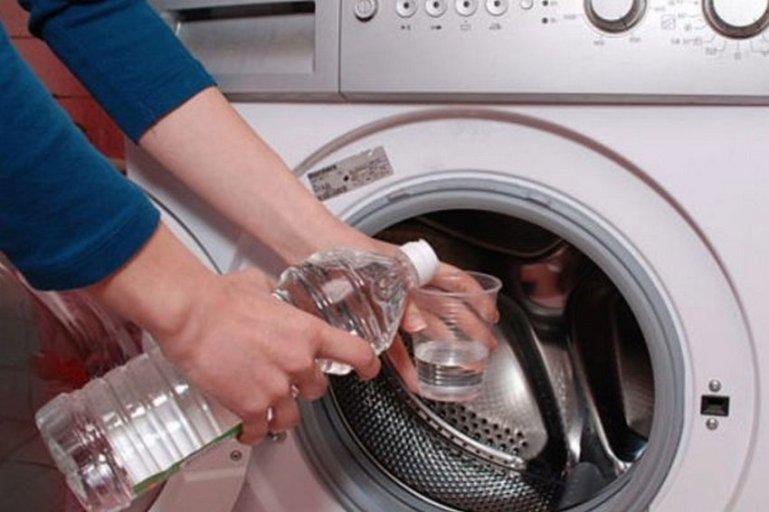 Просто долей уксус в стиральную машинку