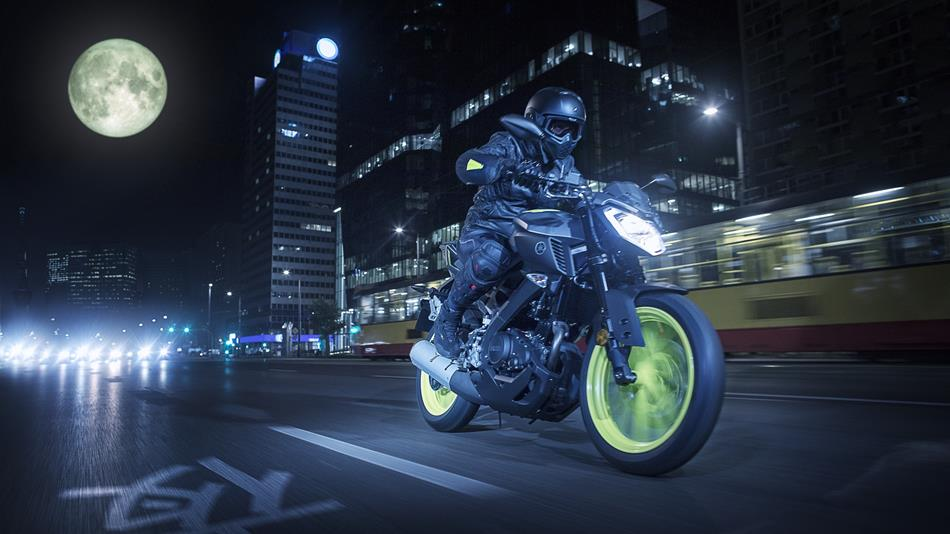 2018-Yamaha-MT-125-EU-Night-Fluo-Action-002