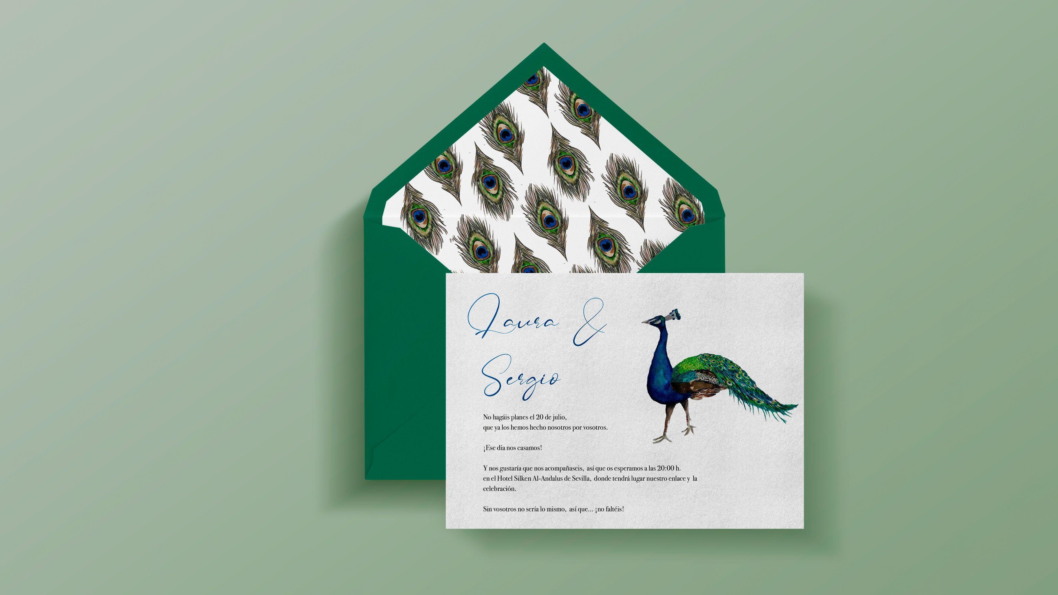 Invitación de boda original con pavo real y sobre forrado artesanalmente