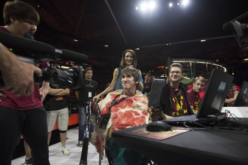 Dendi plays Dota dressed up as Pudge, by Puppey's side