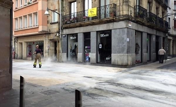 Los bomberos han echado arena varias veces por las calles afectadas