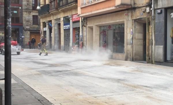Los bomberos se afanaban por echar arena en las calles afectadas FOTO: dotb.eus