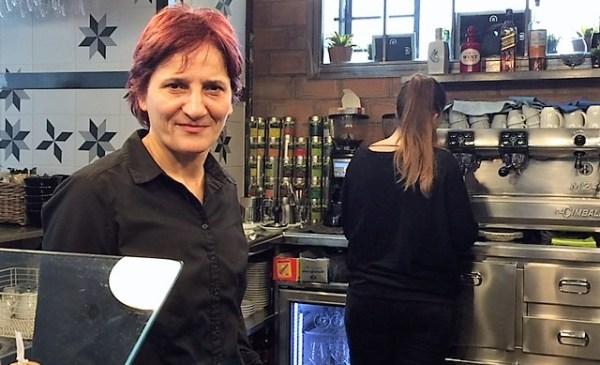Lourdes junto a Paula en el bar FOTO: dotb.eus