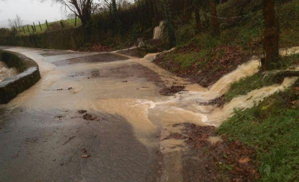 El agua sobrepasaba la carretera a causa de las lluvias.