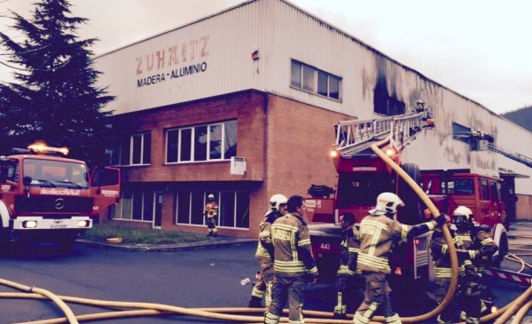 Imagen del estado en el que quedó al empresa de Benito tras el fuego FOTO: dotb.eus