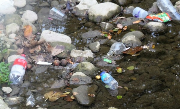 Fotografía donde se puede ver la basura acumulada en el río