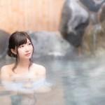 温泉に入る女の子