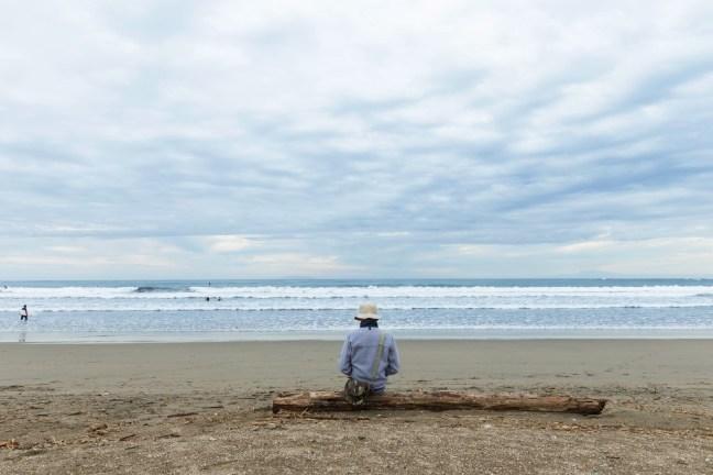 一人で海を見ている男性