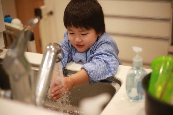 Kleiner Junge beim Händewaschen