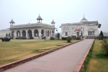 Aqui estão: Divan-I-Khas (esquerda - Casa de audiências privadas) e Khas Mahal (direita - Casa do emperador)