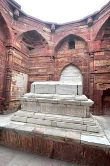 Um dos túmulos que fica localizado lá dentro.