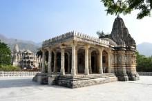 Um outro templo anexo ao templo de Ranakpur. Menor, porém tão detalhado quanto.