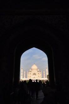 A medida que você vai entrando por este monumento de entrada, o Taj Mahal parece que vai crescendo. Se você andar para tras, olhando para ele, parece que ele está diminuindo. É um efeito muito interessante.