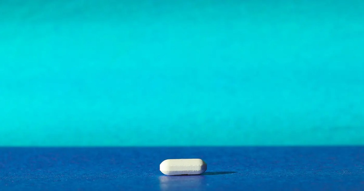 Doubleblind: A white pill on a blue backdrop. In this article, Doubleblind talks about treating depressions with Ketamine under Quarantine