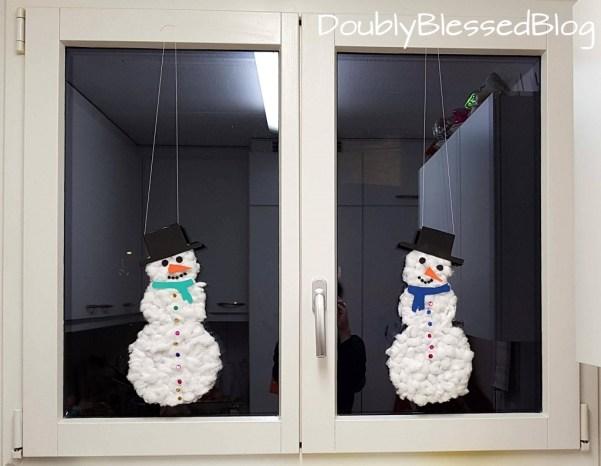 Schneemann basteln mit Kindern für Fensterdekoration