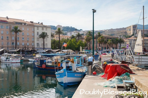 Fischerboote im Hafen von Ajaccio - Korsika - Mittelmeer mit Kindern