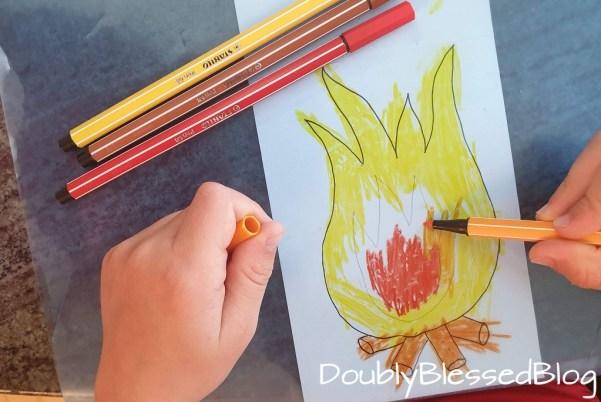 Kind malt Feuer mit Stabilo Pen68 aus
