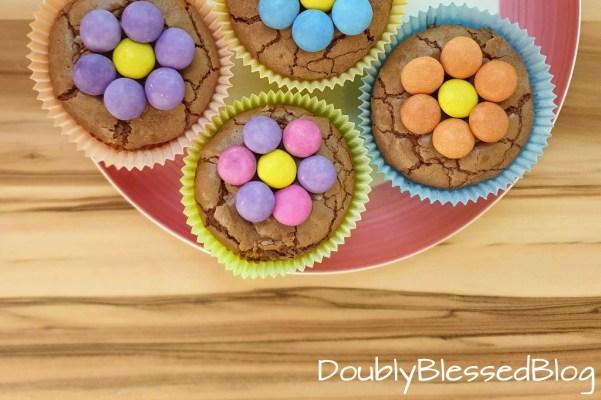Schokoladige Blümchenmuffins mit Smarties (Schokolinsen) zum Geburtstag